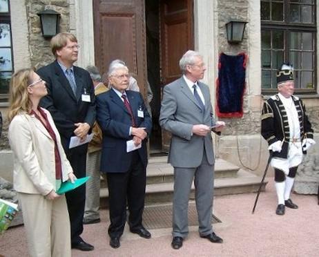 Bürgermeister Lautenfeld vor der verhüllten Gedenktafel
